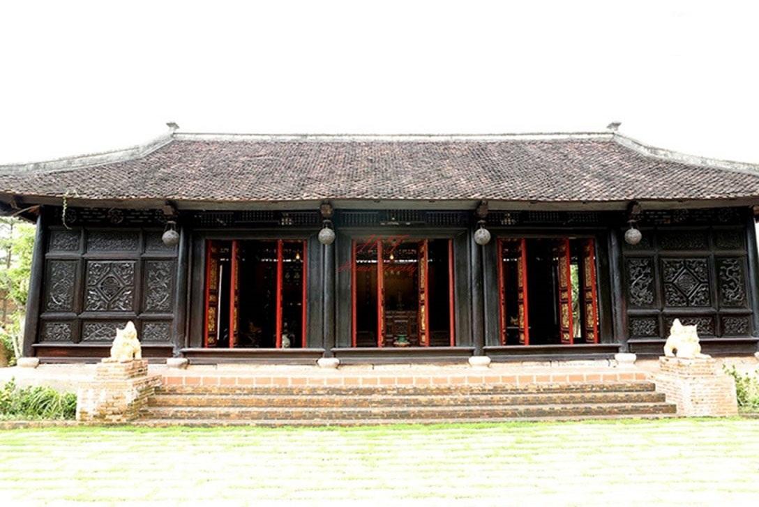 Nhà 3 gian 2 chái gồm 3 phòng chính, được nới thêm 2 phòng nhỏ 2 đầu hồi.